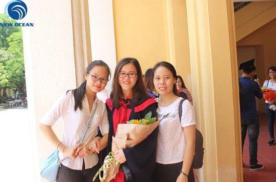 Nghiêm Thị Thanh Long chụp ảnh cùng bạn bè
