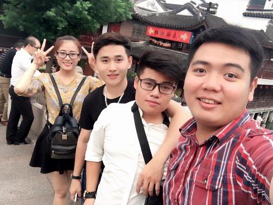 Nguyễn Thị Huyền cùng bạn tham quan Trung Quốc