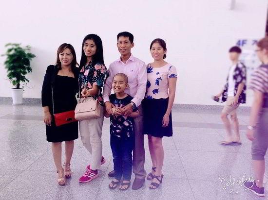 Nguyễn Thị Mỹ Linh chụp ảnh cùng gia đình trước khi lên đường du học Canada