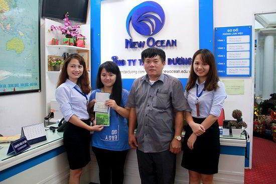 Nông Bảo Trang cùng bố nhận visa du học Trung Quốc từ đại diện New Ocean