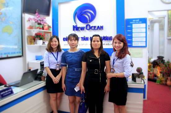 Ngô Thị Phương Quỳnh (cùng mẹ) nhận visa du học Úc từ đại diện New Ocean