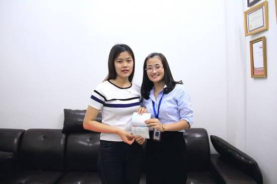 Trần Thị Bích Lan nhận visa du học Hàn Quốc từ đại diện New Ocean