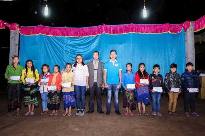 Đại diện New Ocean trao học bổng cho các em học sinh