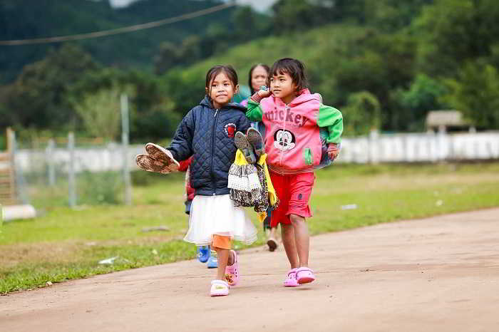Niềm vui bình dị của những em nhỏ khi nhận được những đôi dép mới