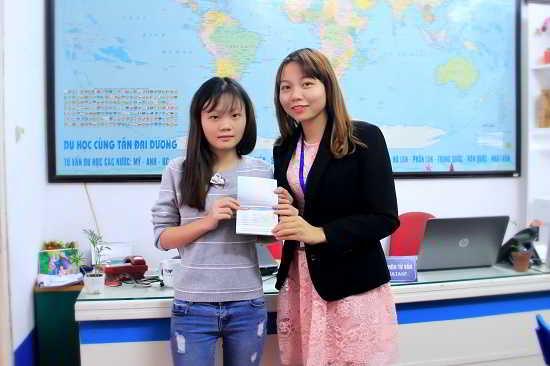 Nguyễn Thị Mai Duyên nhận visa du học Hàn Quốc từ đại diện New Ocean
