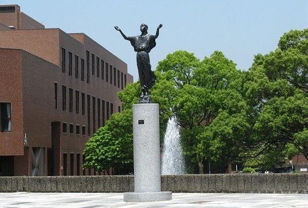 Đại học Tsukuba hướng tới xây dựng một môi trường học tập mở với hệ thống nghiên cứu, giáo dục linh hoạt đáp ứng nhu cầu nhiều mặt của đời sống xã hội. Đến nay, trường đã có 3 chủ nhân của giải Nobel.