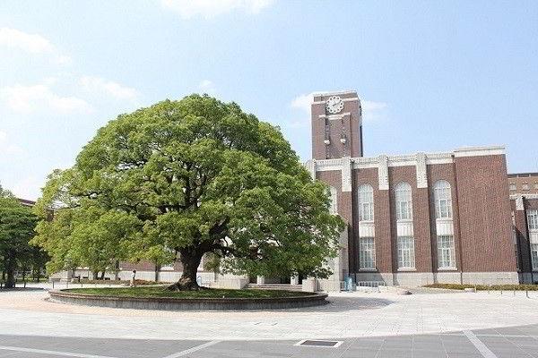 Kyoto là trường đại học lâu đời thứ hai của Nhật Bản, được thành lập như một đại học hoàng gia vào năm 1897. Là trường đại học đứng thứ 3 trong top các trường đại học tốt nhất Nhật Bản