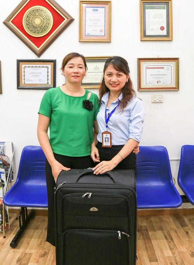 Bà Trần Thị Huệ, Mẹ học sinh Phạm Tiến Đạt là người đầu tiên được nhận Vali từ chương trình.
