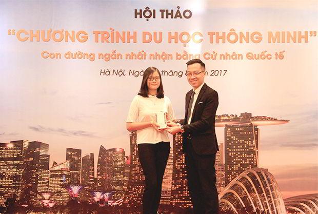 Bạn Nguyễn Thị Ngọc Anh - Sinh viên năm nhất đại học Ngoại thương may mắn trúng giải Đặc Biệt là một chiếc điện thoại Samsung J7 Prime tại hội thảo