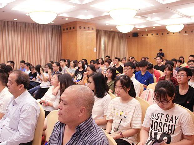 Hội thảo được sự quan tâm của rất nhiều phụ huynh và các bạn học sinh