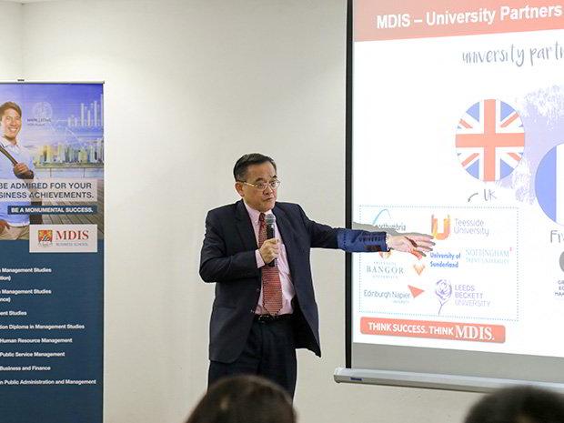 Dr. Eric Kuan - Hiệu trường nhà trường MDIS thuyêt trình.
