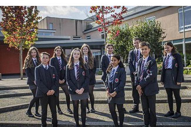 10 học sinh của trường St Bede's Catholic College ở Bristol, Anh có IQ thiên tài.