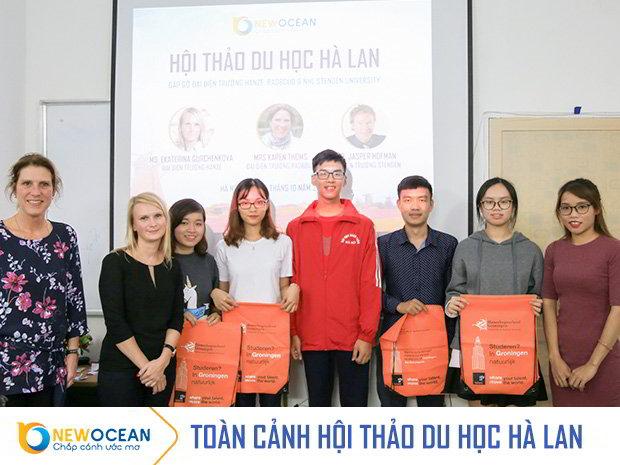 New Ocean và đại diện các trường trao quà cho học sinh tham dự hội thảo.