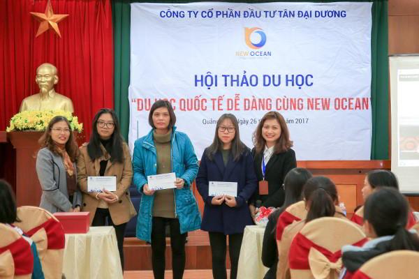 New Ocean trao quà tặng hấp dẫn theo kết quả bốc thăm may mắn cho học sinh tham dự hội thảo