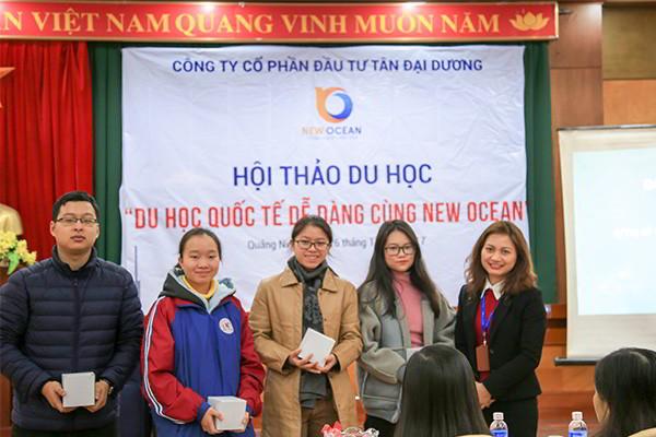 New Ocean trao quà tặng cho học sinh tham dự hội thảo du học tại Hạ Long Quảng Ninh tháng 11 - 2017