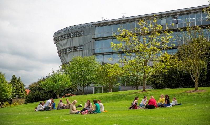 Đại học Surrey 37% sinh viên quốc tế, được biết đến là trường có tỉ lệ sinh viên tốt nghiệp có việc làm cao nhất nhì nước Anh...