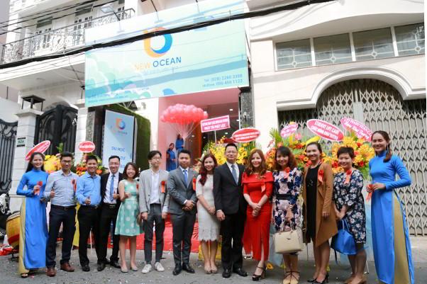 (Ban lãnh đạo chụp với khách mời sự kiện khai trương chi nhánh New Ocean tại Tp. HCM)