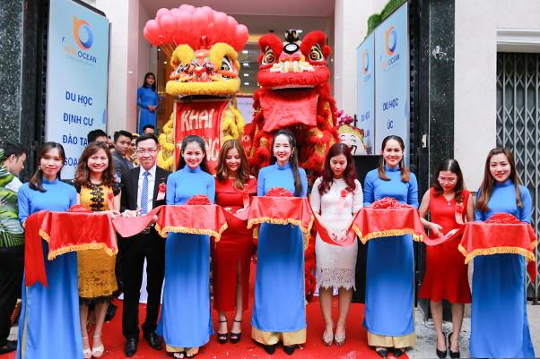 BGĐ New Ocean cắt băng khách thành chi nhánh văn phòng New Ocean tại TP. Hồ Chí Minh