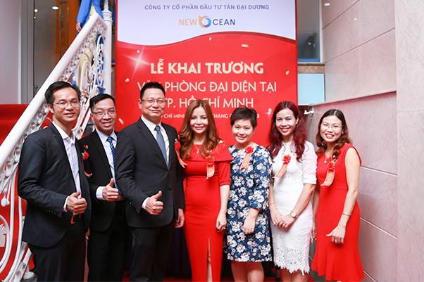 Ban lãnh đạo chụp với khách mời sự kiện khai trương chi nhánh New Ocean tại Tp. HCM