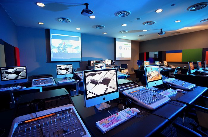 Mediacorp cung cấp cho học viện một campus rộng 800,000 sq ft cùng những trang thiết bị hàng đầu của ngành công nghiệp media