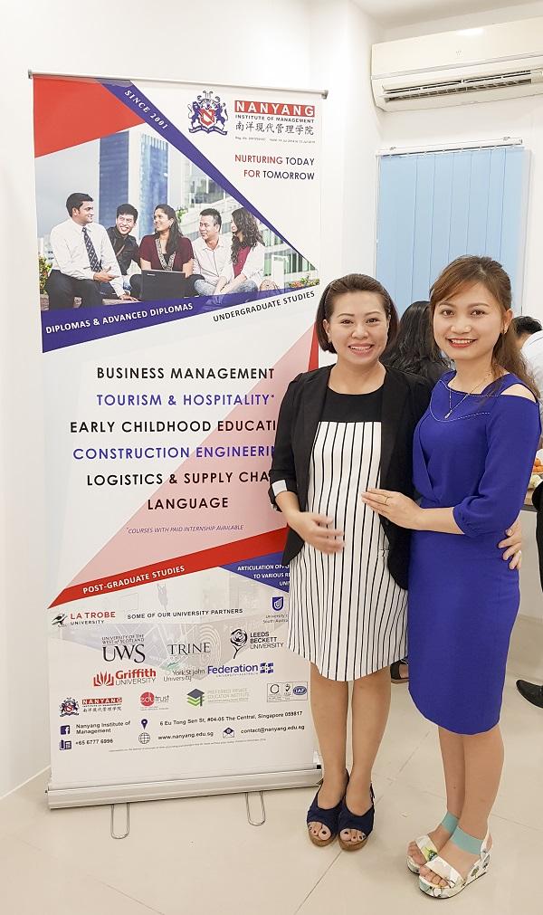 Bà Ginny Hoàng (bên trái) – Đại diện trường Học viện Quản lý Nanyang, Singapore