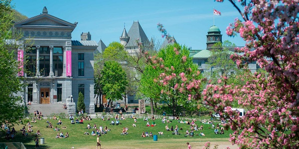 Khuôn viên rộng lớn của trường Đại học