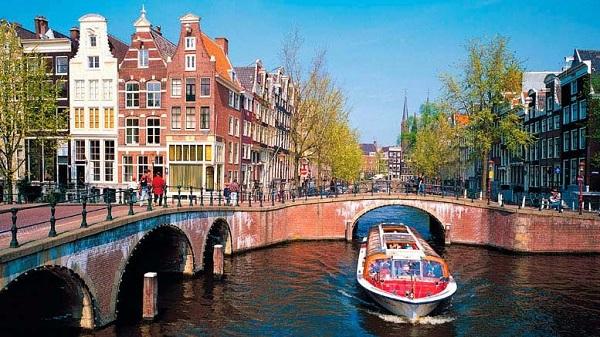 Quốc gia nổi tiếng với hoa tulip và những công trình kiến trúc đặc sắc