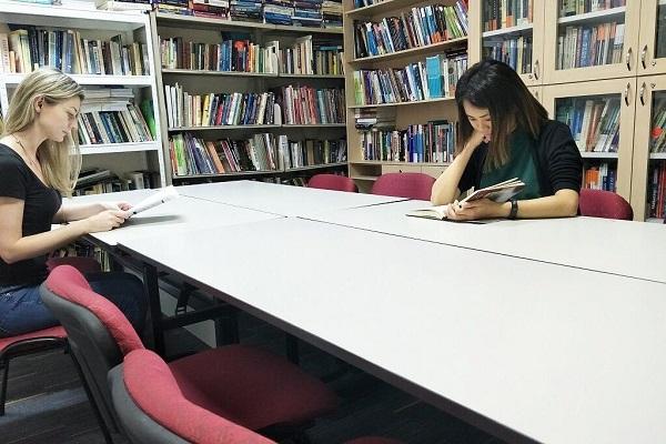 Thư viện với hàng ngàn đầu sách