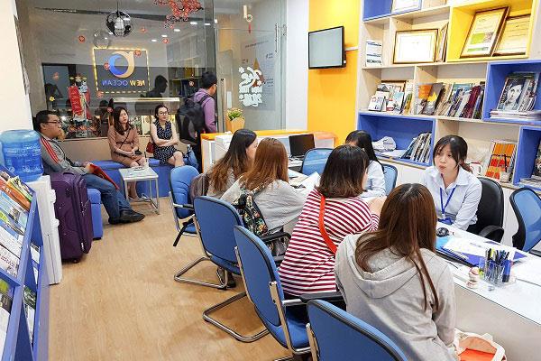 Nhiều bạn học sinh đã đến check in trước khi cuộc gặp gỡ và phỏng vấn diễn ra