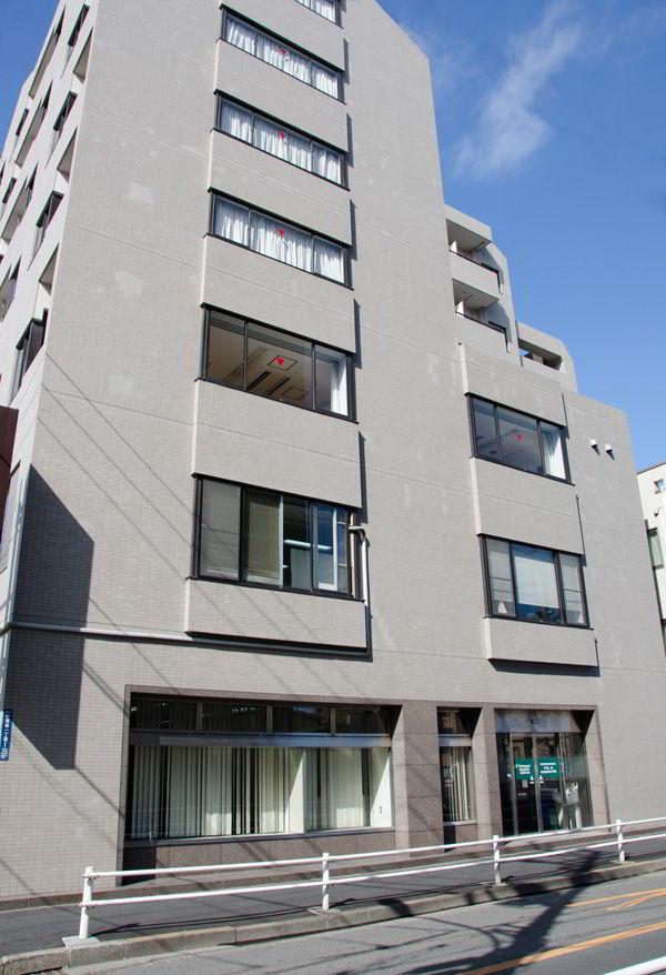 Trường Nhật ngữ Sendagaya tọa lạc tại khu vực sầm uất