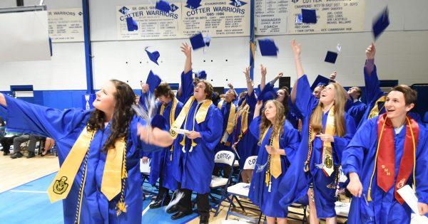 Học sinh tốt nghiệp trường trung học Cotter