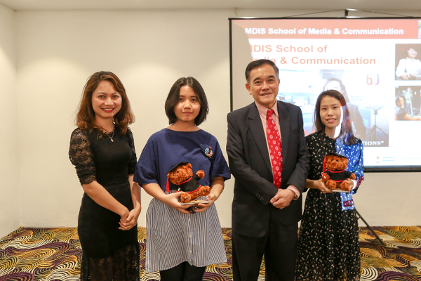 Các bạn học sinh, sinh viên nhận ảnh từ phía đại diện trường MDIS và đại diện Công ty tư vấn du học New Ocean