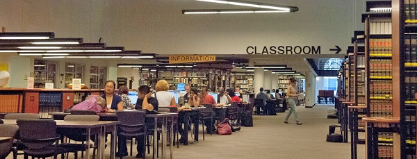 Bên trong thư viện của trường