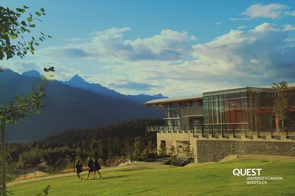 Khuôn viên trường nằm trên một ngọn núi với phong cảnh tuyệt vời
