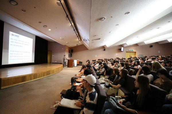 Phòng hội trường lớn là nơi tổ chức các buổi hội thảo và hướng nghiệp