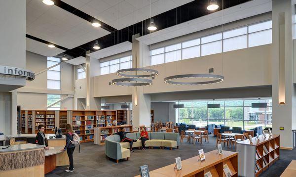 Bên trong thư viện trường