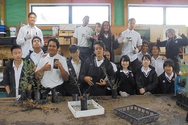 Học sinh của trường đang tiến hành nghiên cứu sinh học