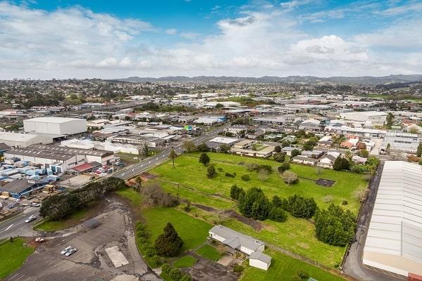 Trường nằm tại ngoại ô thành phố Auckland