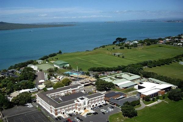 Trường tọa lạc tại bờ biển xinh đẹp Takapuna, Auckland