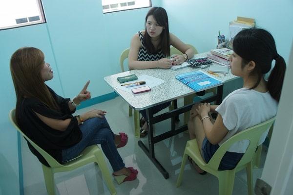 Giảng viên và học viên trường anh ngữ Cella trong buổi học