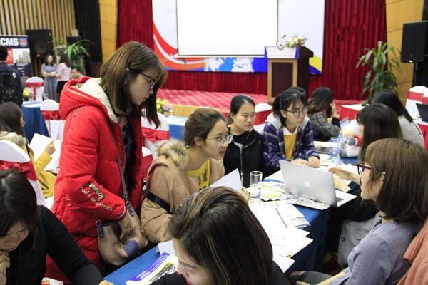 Các bạn học sinh nhận được giải đáp từ các đại diện tuyển sinh của trường