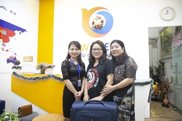 Bạn Trần Thị Phương Anh cùng mẹ nhận Visa từ New Ocean
