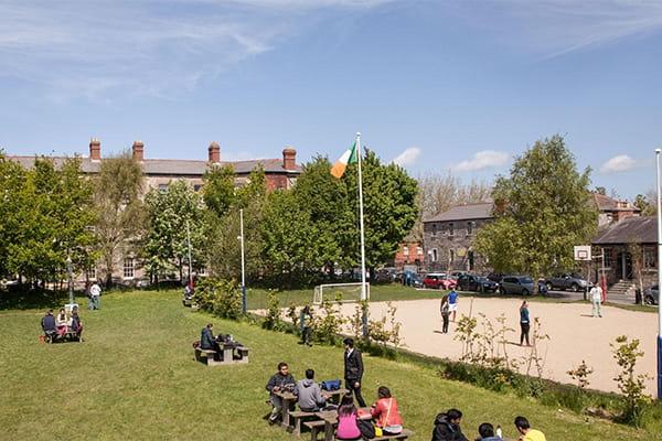 Khuôn viên của trường rộng lớn