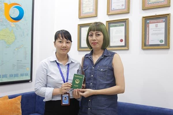 Phụ huynh bạn Bùi Việt Hà nhận Visa du học Singapore
