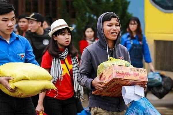 Các tình nguyện viên hỗ trợ bà con chuyển đồ