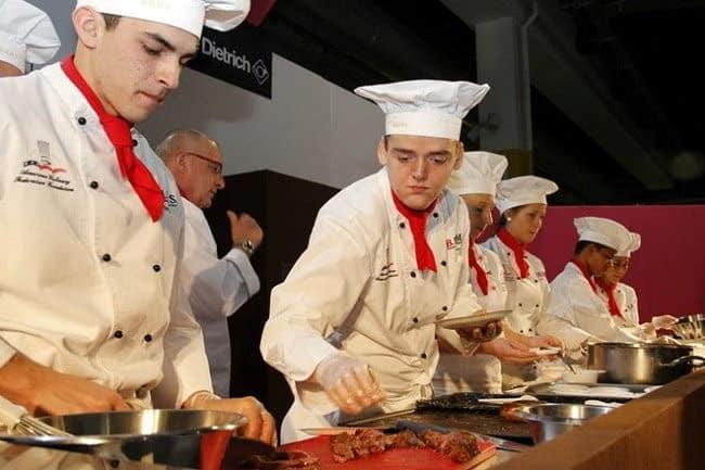 Các trường tại Thụy Sỹ có mối quan hệ chặt chẽ với các nhà hàng, khách sạn, tập đoàn du lịch lớn,