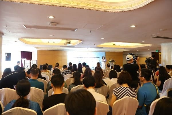 Hàng trăm quý phụ huynh và các bạn học sinh viên đến tham dự hội thảo