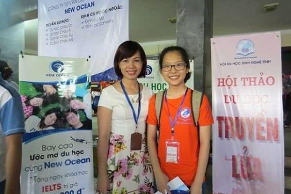 Đại diện New Ocean chụp ảnh lưu niệm với học sinh
