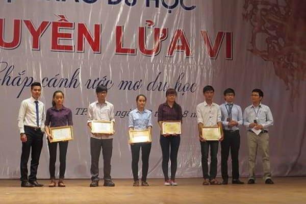 Đại diện New Ocean dành tặng phần quà cho các bạn học sinh có thành tích xuất sắc