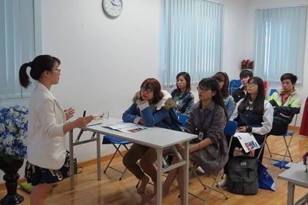 Đại diện trường giải đáp thắc mắc của các bạn học sinh tại hội thảo